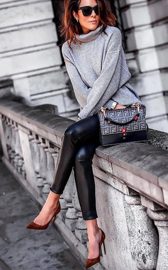 серый свитер с кожаными брюками и коричневыми ботильонами