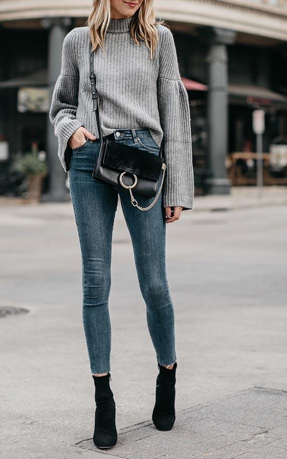 серый джемпер с синими джинсами и черной сумкой