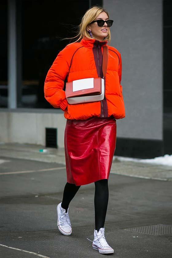красная юбка из кожи с алой курткой