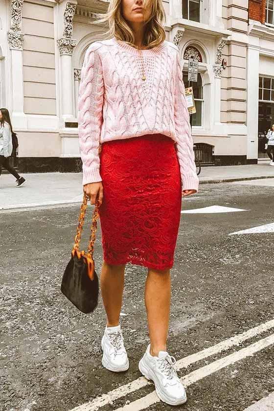 образ с красной юбкой карандаш, свитером, кедами