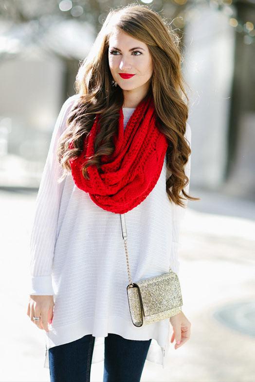 красный снуд с белым свитером