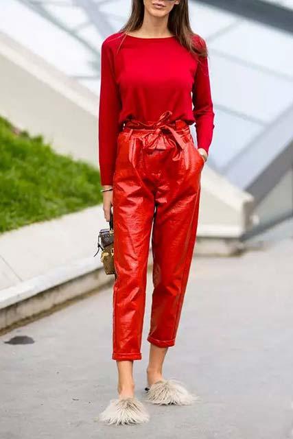 лук с красными кожаными высокими брюками