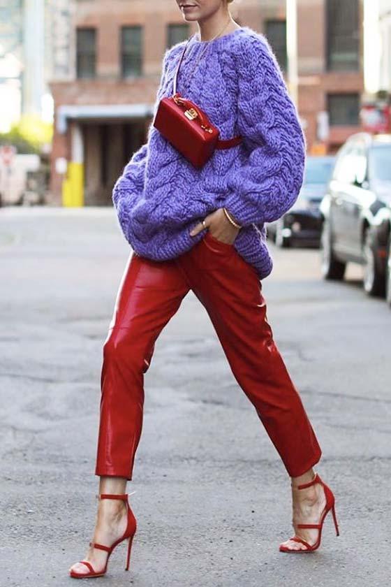 сиреневый объемный свитер в комплекте с красными кожаными брюками