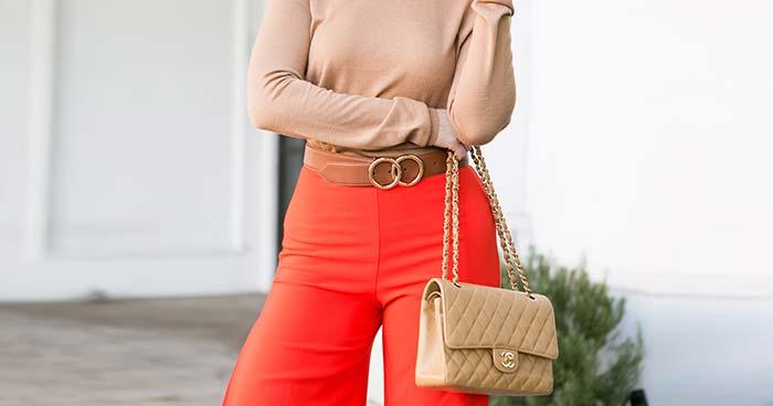 С чем носить красные брюки, джинсы