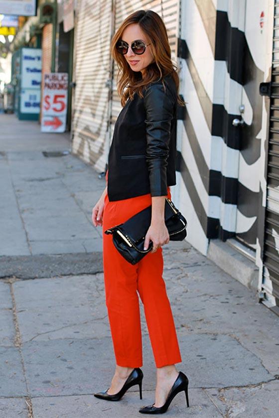 красные брюки с туфлями лодочками
