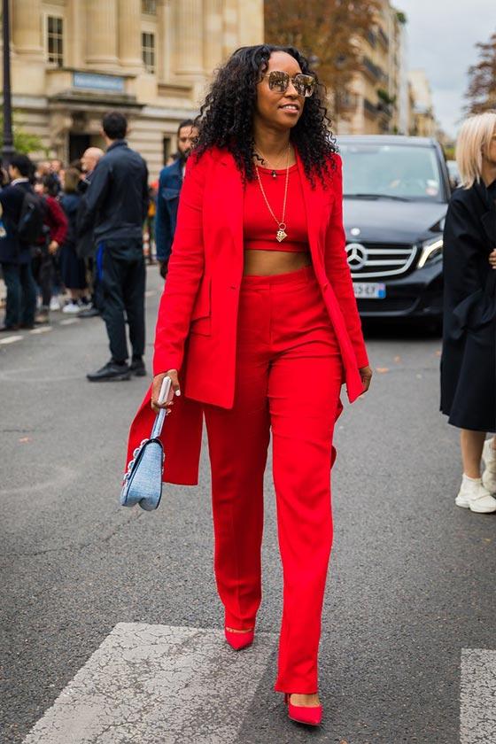 тотал лук с красными брюками