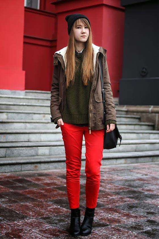 красные брюки, джинсы в сочетании с паркой, курткой
