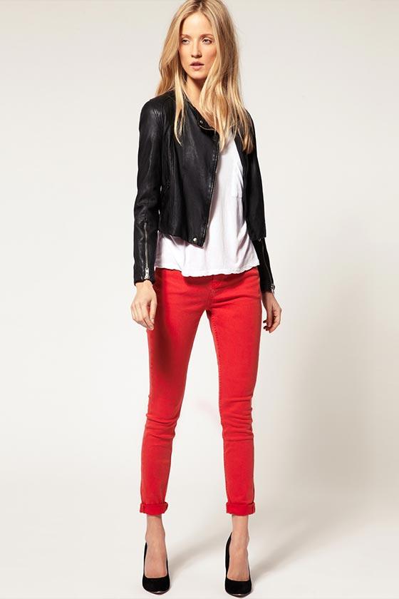 кожаная куртка с красными джинсами