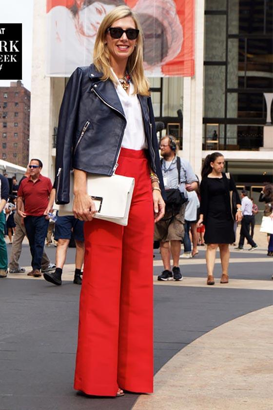кожаная куртка с красными широкими брюками