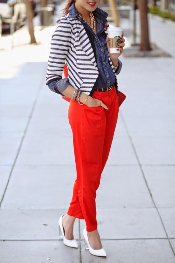 красные брюки с туфлями