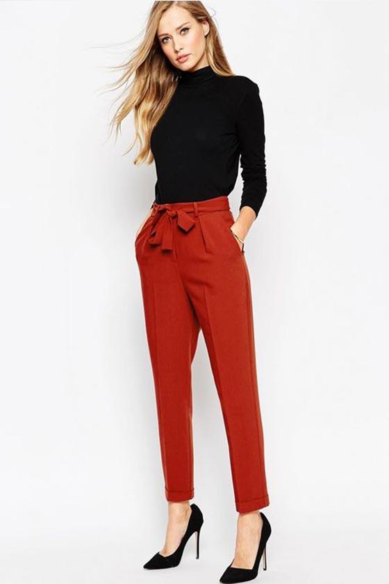 укороченные алые брюки с водолазкой