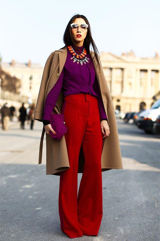 с фиолетовой блузкой, коричневым пальто
