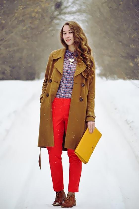 образ с красными брюками, коричневым пальто и желтым клатчем