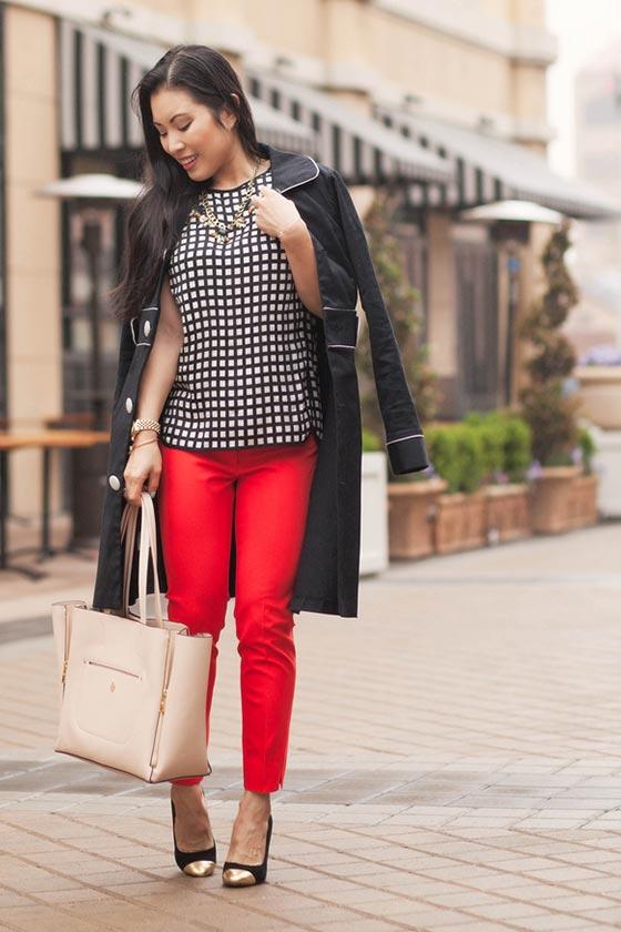 красные брюки с пальто