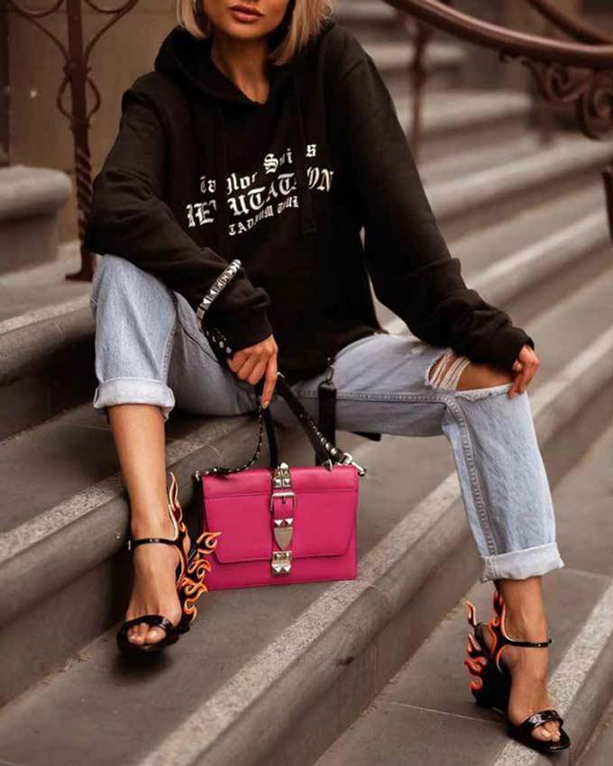 лук с кофтой и розовой сумкой