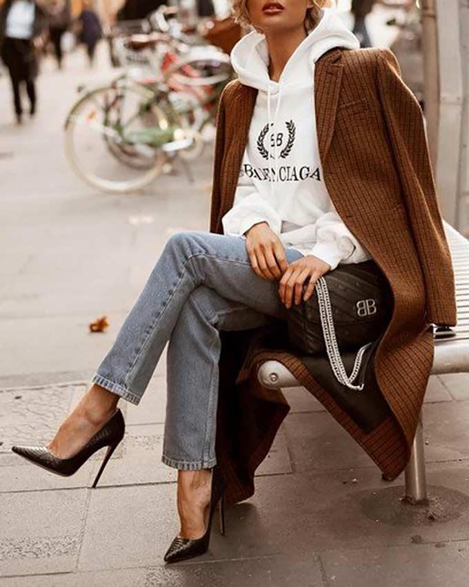 комплект с коричневым пальто, белым худи, черными туфлями