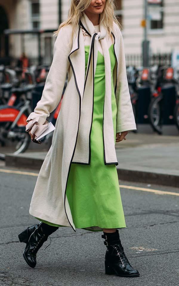аутфит с бежевым пальто и салатовым платьем