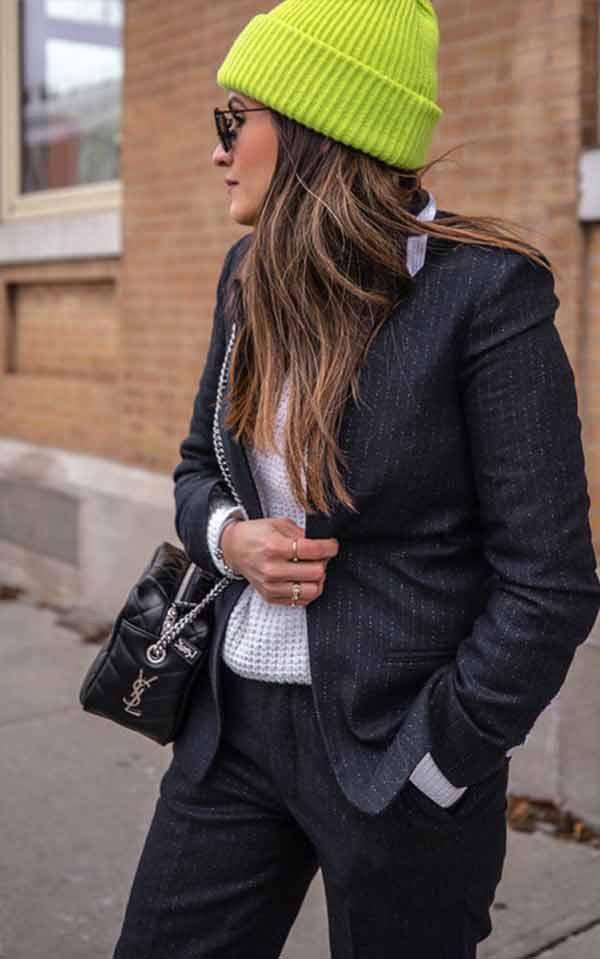 лук для девушки в черном костюме с салатовой шапкой бини