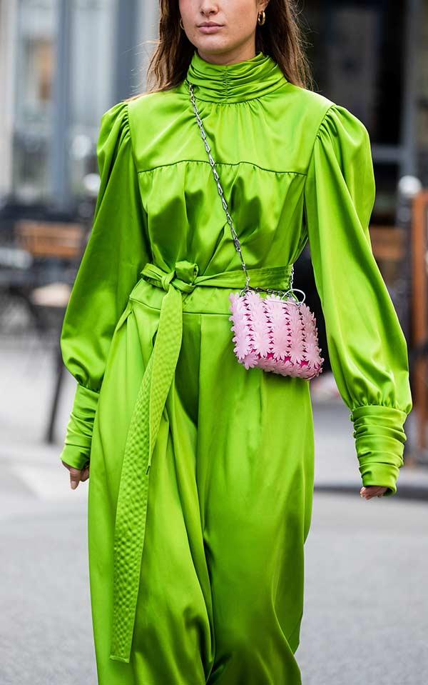 образ с салатовым платьем и маленькой розовой сумочкой