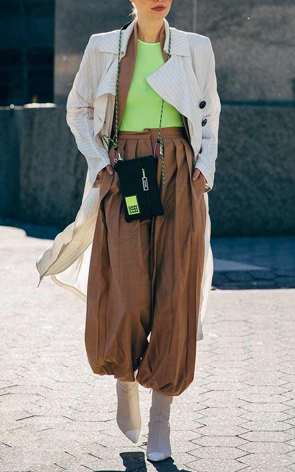 оригинальный аутфит с коричневыми брюками для женщины