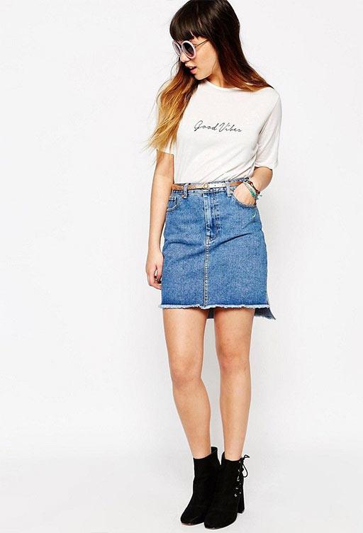 короткая юбка из джинса с белой майкой