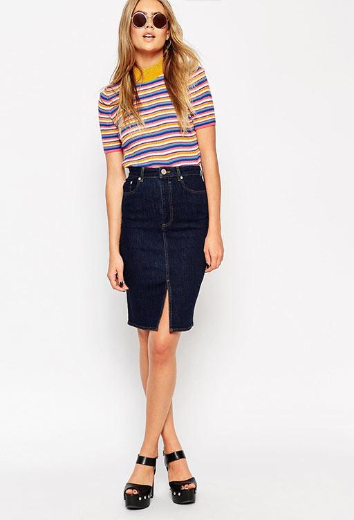 джинсовая карандаш средней длины с полосатой футболкой
