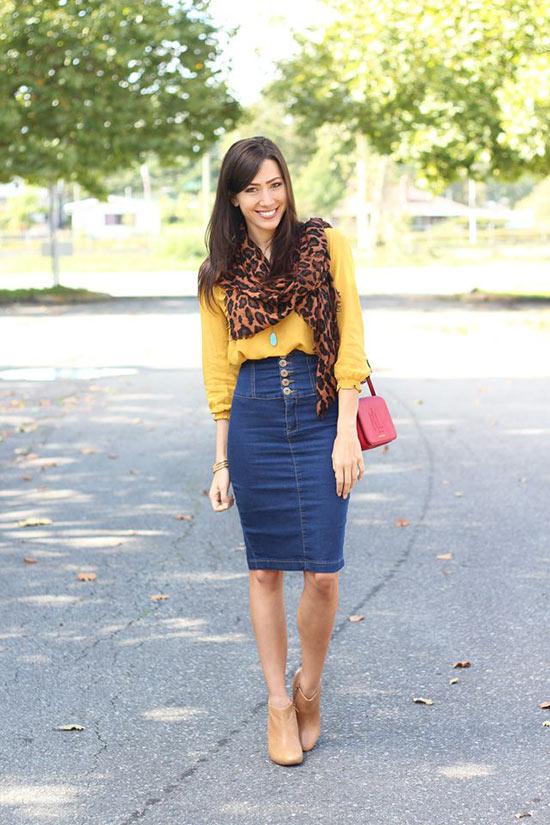 темно-синяя юбка карандаш из денима с горчичной блузкой