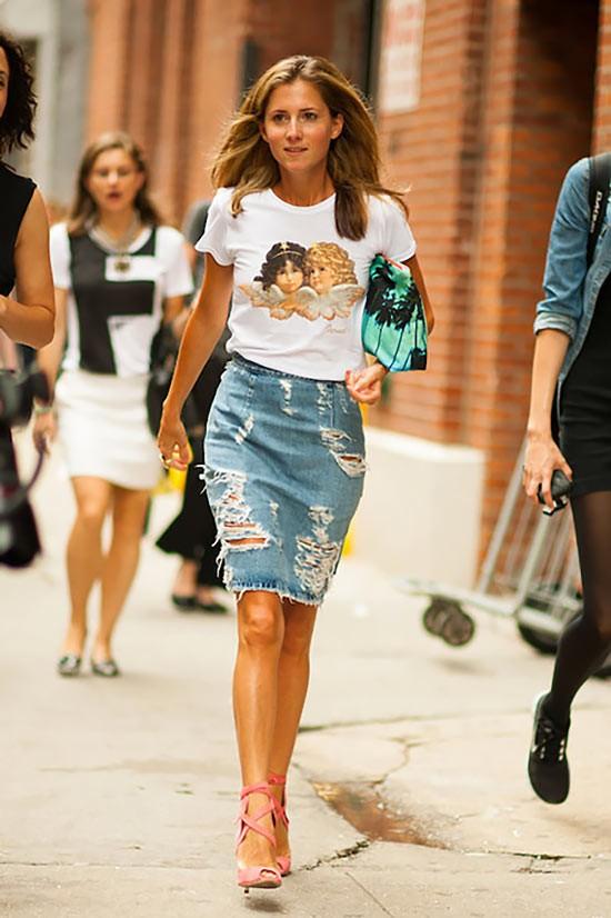 джинсовая юбка карандаш с футболкой и босоножками