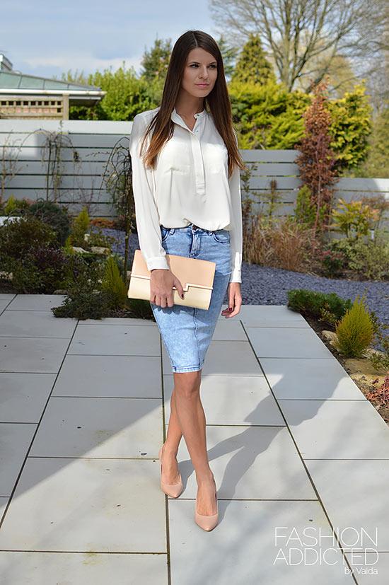 с белой блузкой и бежевыми туфлями и джинсовой юбкой карандаш