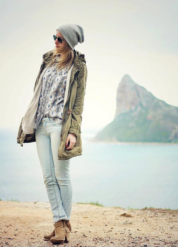 парка с ботильнами и джинсами