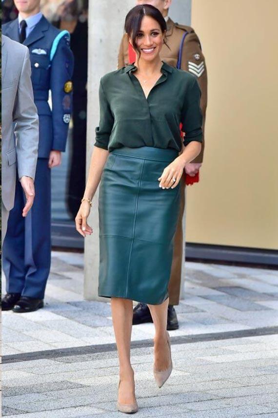 тотал лук в зеленом цвете с кожаной юбкой и шелковой блузкой