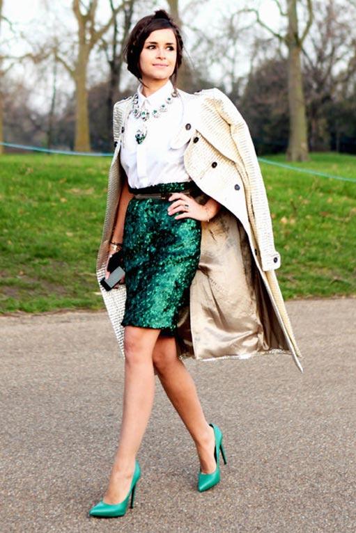 зеленая юбка с пайетками с бежевым тренчем