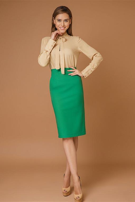 зеленая юбка карандаш с бежевой блузкой
