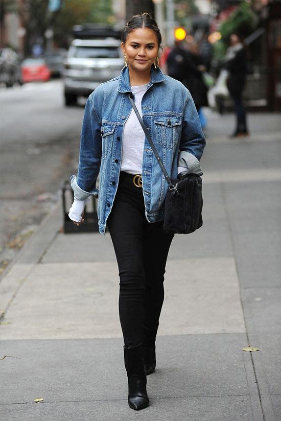 образ с джинсовой курткой оверсайз и черными брюками