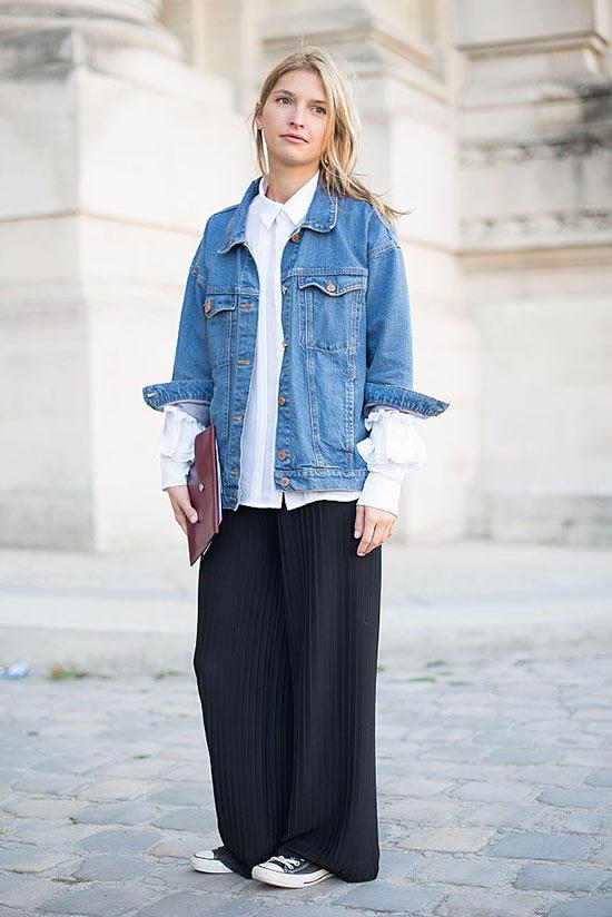 джинсовая куртка с белой рубашкой и черными широкими брюками