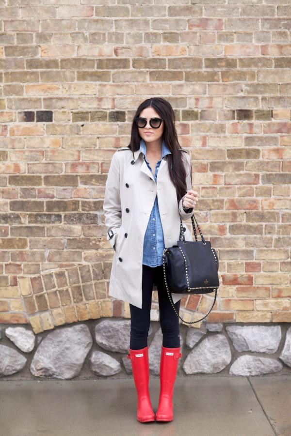 с пальто, джинсовой рубашкой и резиновыми сапогами