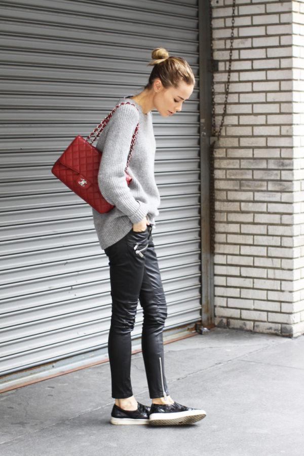 с серым свитером