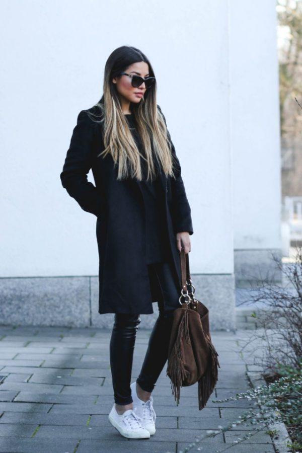 с белыми кедами и черным пальто