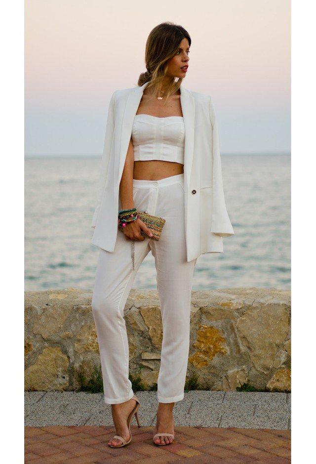 летний образ с белыми брюками, топом и жакетом