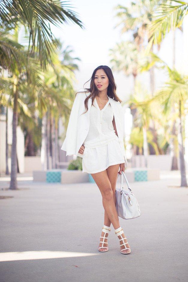 образ в белом цвете с блузкой, жакетом и юбкой