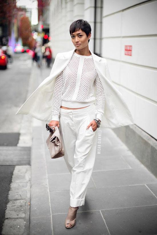 тотал лук в белом цвете брюки и перфорированный джемпер