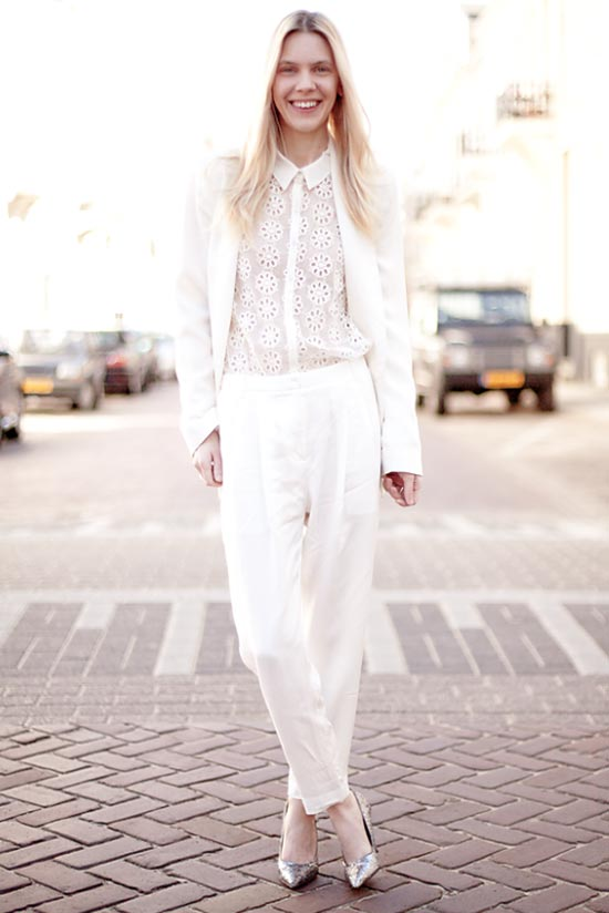 белый тотал лук с широкими белыми брюками, кружевной блузкой и жакетом