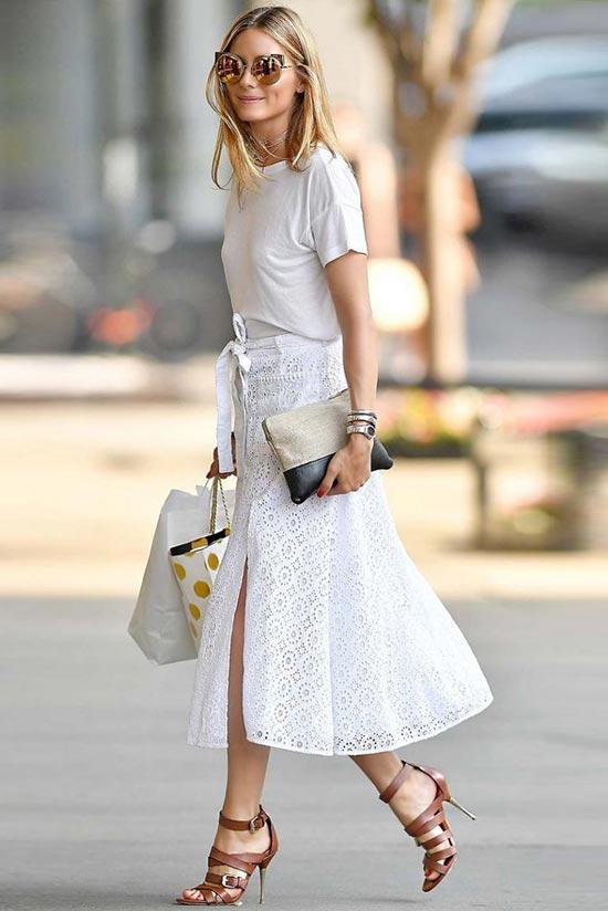 белая футболка, кружевная юбка и коричневые туфли
