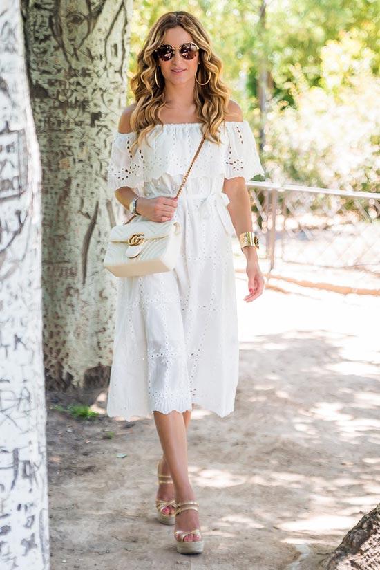 белое кружевное платье с приспущенными плечами