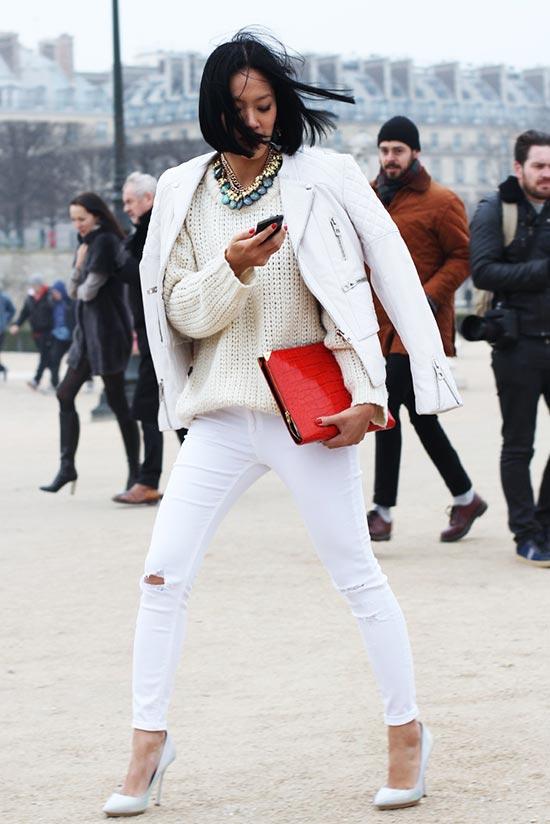 белый образ с джинсами, свитерами, курткой и красным клатчем