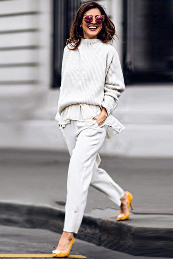 белый тотал лук с желтыми туфлями