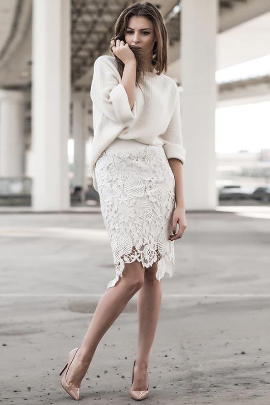 кружевная юбка и свободный вязанный джемпер с бежевыми туфлями в белом цвете