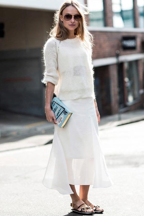 вязаный свитер и легкая юбка в белом цвете