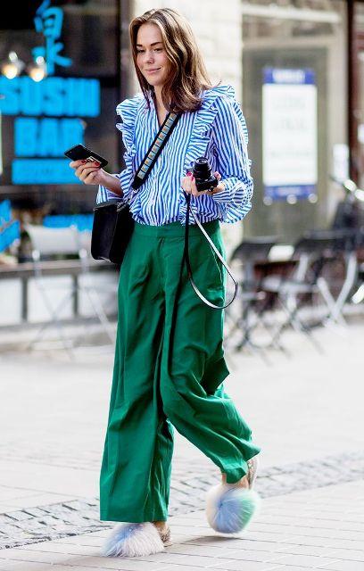 С зелеными широкими брюками, меховыми туфлями и сумкой через плечо