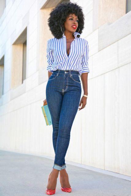 С узкими джинсами, клатчем и красными туфлями